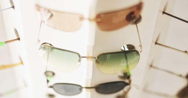 Cómo identificar gafas de sol de Versace reales . Un par de gafas de sol de Versace reales pueden costar desde US$150 a US$250, o incluso más. Este alto costo se debe a los materiales de primera calidad y mano de obra necesaria para hacer un producto que esté a la altura del nombre de Versace. Hay varias maneras de saber si tus gafas de sol son la verdadera marca o no.