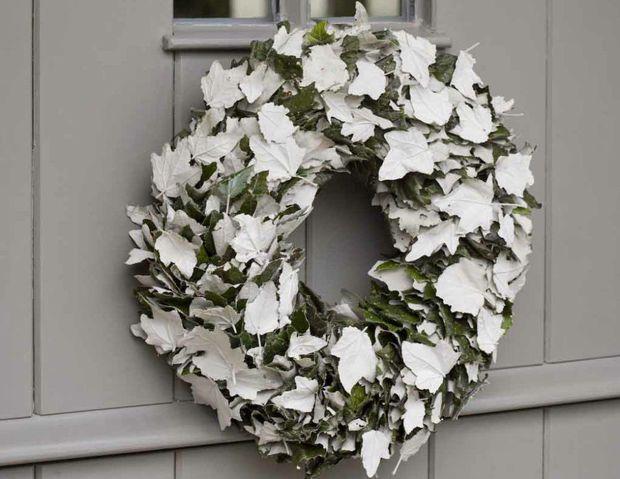 Een krans, anders dan anders: om de deur te sieren en gasten te verwelkomen.Witte Abeel bladeren (spoor)
