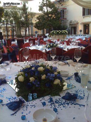 http://www.lemienozze.it/gallerie/foto-fiori-e-allestimenti-matrimonio/img33541.html  Centrotavola floreali con fiori per il matrimonio sulle tonalità del blu