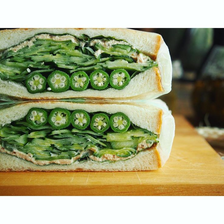 こちらもヘルシーベジサンド❤️ 色とりどりのサンドもフォトジェニックですが 単色で攻めるのも意外とありなんですよ〜✨ オクラ胡瓜大葉ツナで緑の和風サンド サンド上部から 大葉3枚/ツナフィリング(ツナのオイル漬け、マヨネーズ、ブラックペッパー、からし)/塩もみきゅうり/オクラ/大葉3枚 #朝ごはん#サンドイッチ#朝ごパン#パン大好き#パンキチ#きゅうりサンド#おうちごはん#野菜サンド #管理栄養士#KAUMO#breakfast#bread#sandwich#vegitablesandwich#食パン#オクラ#胡瓜#ツナサンド#tunasandwich#Cucumber #foodpic#feedfeed@thefeedfeed#断面フェチ#ヘルシー#healthy#green#わんぱくサンド ?ではない?←弱気か