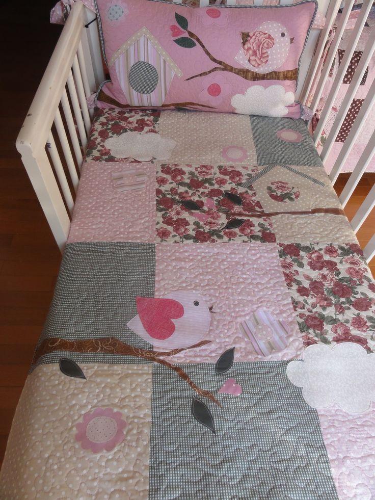 Kit Berço de Pachtwork Simples <br>Para mamães mais práticas que dispensam muita decoração. <br>Lindo trabalho em pachtwork para presentear ou compor o enxoval do seu bebê. <br>Produto feito sob encomenda, de acordo com o tema e as cores do quarto. Esse tem o tema pássaro feminino, com as cores rosa antigo, verde e bege. Pode ser mudadas as medidas também, consultar orçamento. <br>Contém: <br>uma cabeçeira (40x70 cm) <br>uma colcha (100x130 cm) <br>uma almofada decorativa ou naninha