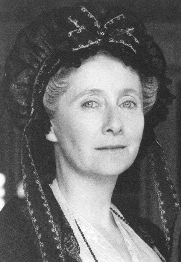 Gemma Jones, Mrs. Dashwood - Sense & Sensibility (1995) #janeausten #anglee