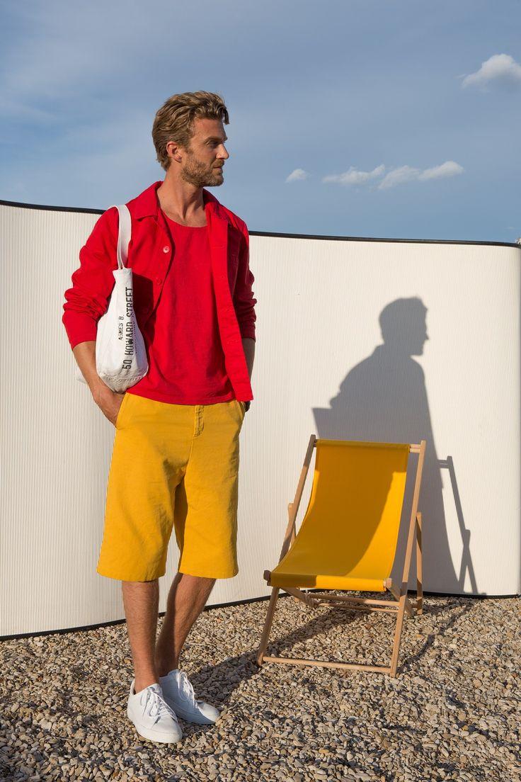 veste de travail en coton surteint rouge débardeur en jersey rouge bermuda en coton surteint jaune baskets clae/agnès b.