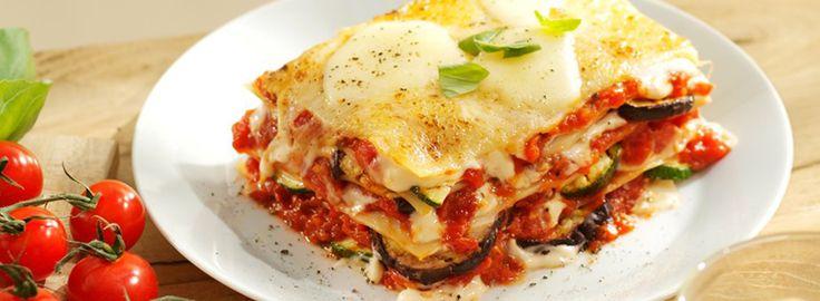 Zelfgemaakte lasagne - laagjes: 1) tomatensaus (ui, knoflook, champignon - courgette, paprika - tomatenpuree, tomatenblokjes, half potje rode pesto), 2) lasagne 3) spinazie + ricotta - afmaken met geraspte kaas