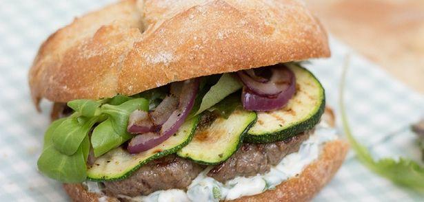Broodje Hamburger Met Gegrilde Groenten, Yoghurtsaus En Fris recept | Smulweb.nl