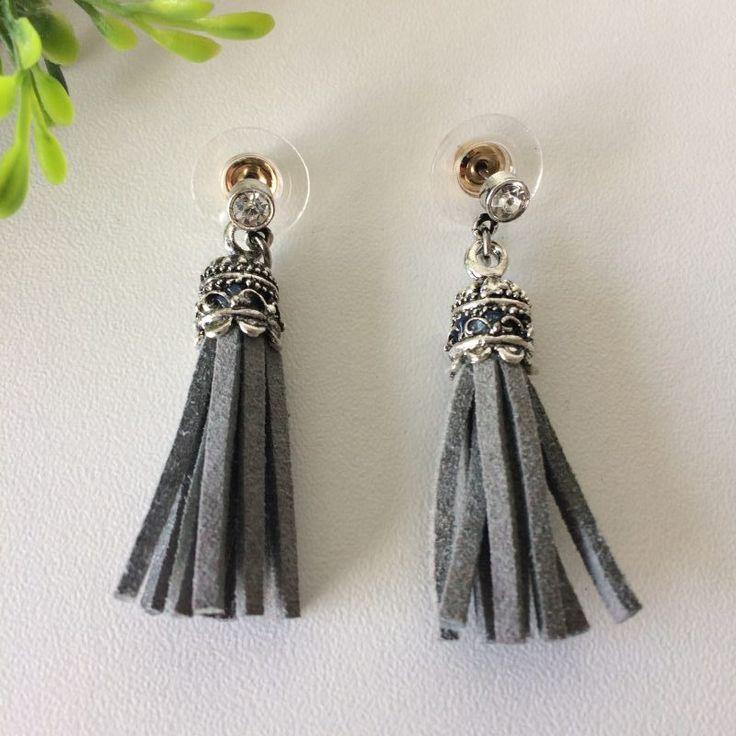 oorbellen met grijze tassel - 4leafs4joy - party - musthave - 4,5 cm lang - 1 cm breed - knopjes oorbellen - zilverkleurig - kunststof dopje met metaal.