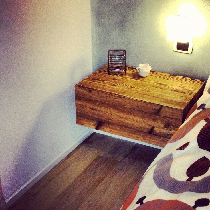 Comodini sospesi realizzati con legno vecchio ricavato da vecchie cascine della val Chiavenna.   Table made of old wood!  #oldwood #interiordesign #bedroom