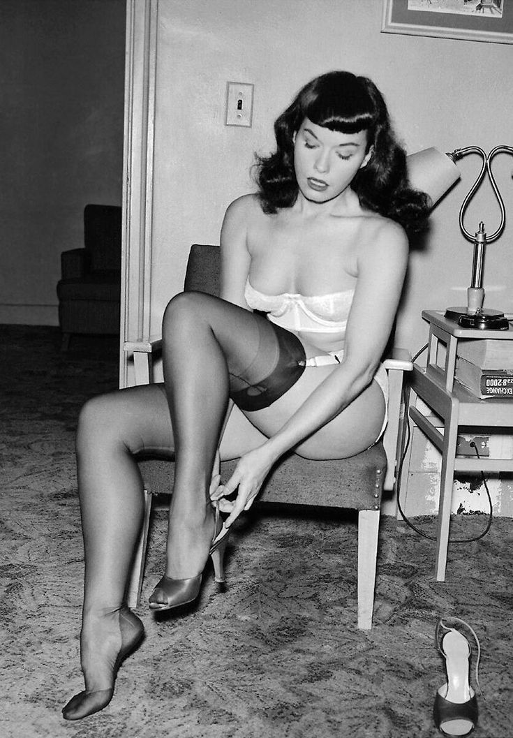 Bettie Page gets ready for work... one of her best pics... (1950s)