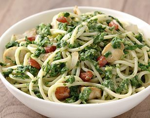 Spaghetti met spinazie-pastasaus en spekjes