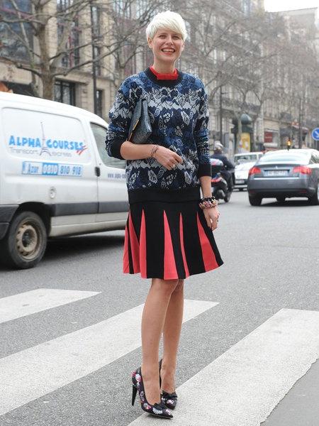 スタイリストのエリザ・ナリンはブルーのジャカードニットに赤×黒のプリーツスカート