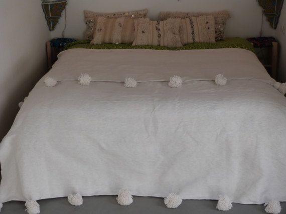 blanco manta de pom pom marroquí, manta del tiro, extensión de la cama, cama marroquí, bereber manta, manta Bohemia  TAMAÑO  47 * 59 pulgadas / 120 * 150cm 59 * 59 pulgadas / 150 * 150cm 59 * 98 pulgadas / 150 * 250cm 78 * 118 pulgadas / 200 * 300cm 94 * 118 pulgadas / 240 * 300cm  algodón blanco  POM POM de manta marroquí hecha a mano en el algodón  mantas de lana marfil aquí: https://www.etsy.com/listing/519096749/throw-blanketsmoroccan-pom-...
