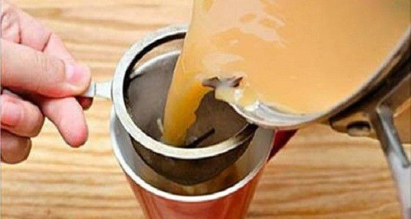 腎結石やがんに効果があり肝臓を浄化するジンジャーティーの作り方|世界の裏側ニュース 【ジンジャーティーの作り方】 材料 生姜(乾燥粉末) 小さじ4分の1 ウコン(乾燥粉末)小さじ4分の1 ココナッツミルク 水 カップ1杯 オーガニックのはちみつ(オプションとして) 作り方はとても簡単。 鍋に水を沸騰させ、ウコンと生姜を入れます。 7~10分ほど煮てからココナッツミルクを入れます。 鍋のお茶を漉し、お好みであればはちみつを加えたらできあがり!