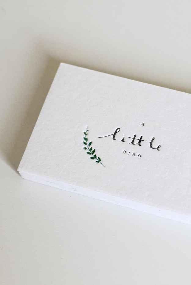 Si tu estilo es más minimalista, escoge un logo simple y pequeño como este: