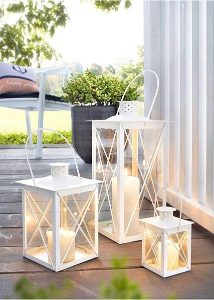 Un set absolut fantastic pentru living sau chiar pentru grădină, compus din trei suporturi de lumânări cu formă nostalgică de lanterne clasice. Toate piesele sunt realizate din metal şi au dimensiuni diverse (ÎxLxA) cca. - variantă mare: 17x17x8cm, medie: 29x14x14 cm şi mică: 17x8x8 cm. sticlă, metal