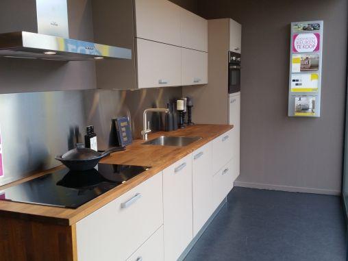 Bruynzeel Amersfoort - Novia Leem mat recht 3m60 met houten blad en Bruynzeel inductie kookplaat en lage koelkast van 15.990 voor 4.797