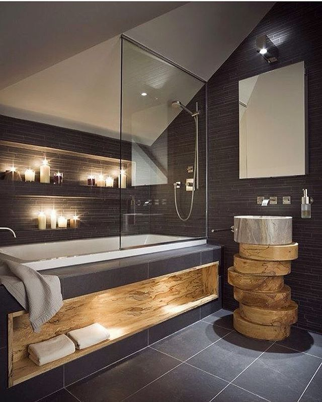 Темные стены в сочетании с предметами интерьера из дерева придают этой ванной комнате шарм ☺ А свечи просто идеально подходят для романтического вечера  #ваннаякомната #дизайнванной #интерьерванной #интерьер #дизайнинтерьера