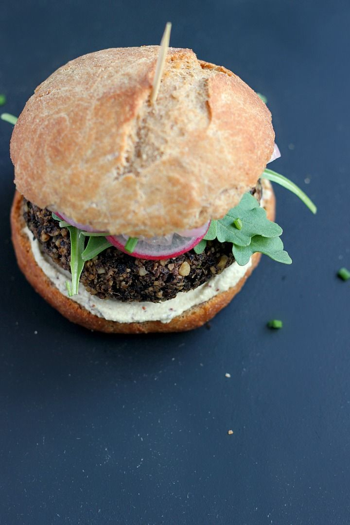 Linsen, Pilz + Walnut Burger mit Schnelleingelegte Zwiebeln und Senf Sonnenblumensamen-Aioli ⎮ glücklich hearted Küche