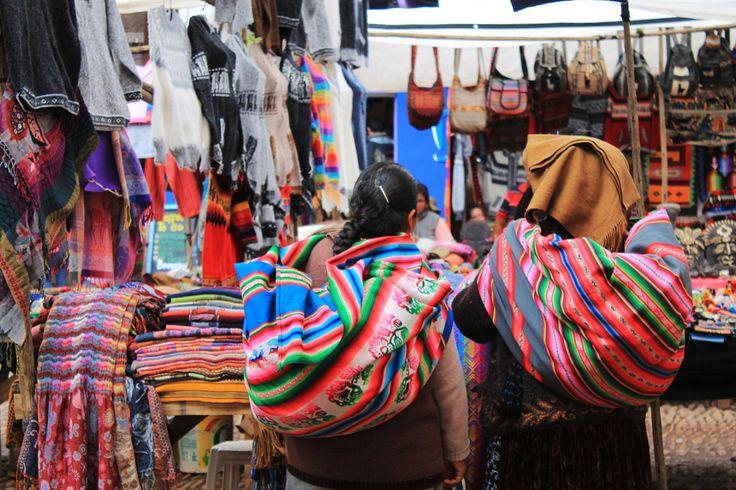 Dos mujeres caminando por el mercado de Pisac, Cusco, Perú