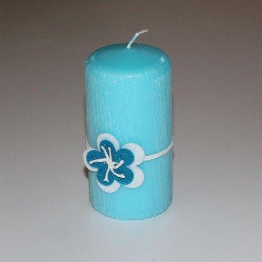 Flot børstet bloklys med blomst i filt sat på. Lyset er lavet i fuldraffineret specialvoks, der sikrer en lang brændetid. Brændetid: 36 timer