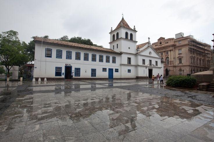 Pateo do Colégio, onde a cidade nasceu há 460 anos. Há um pequeno museu de arte sacra no local dedicado aos jesuítas e a igrejinha de Padre José de Anchieta está restaurada e aberta a visitações