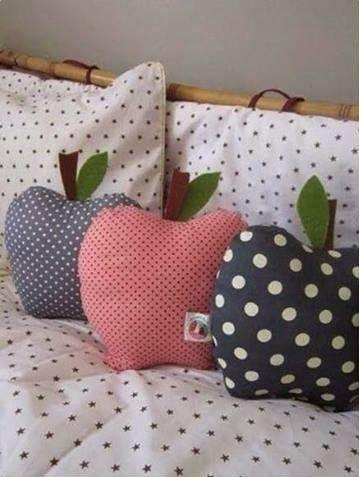 Bonito cojín en forma de manzana. Muy rápido y fácil de hacer, como en la imagen, puedes hacerlos con diferentes colores o tipo de telas y quedaran genial.