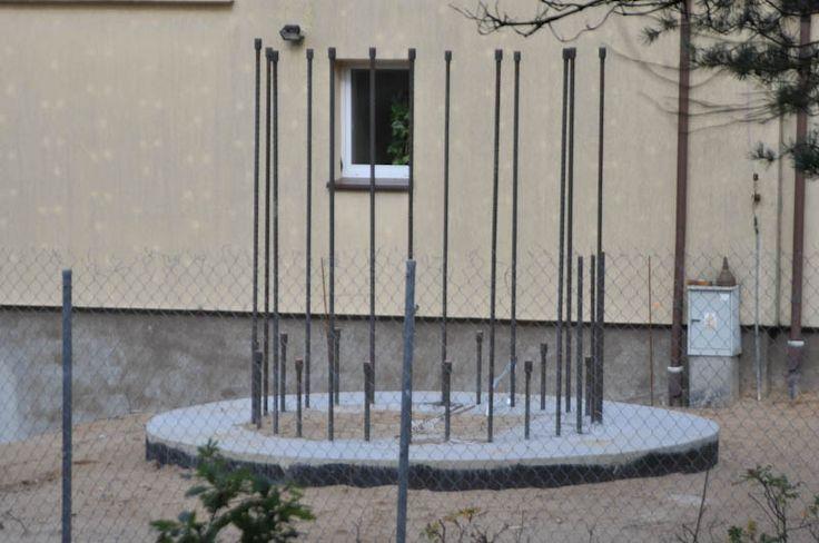 Mimo sprzeciwów mieszkańców Ustki i negatywnych decyzji burmistrza, Urząd Morski w Gdyni buduje w zachodniej części portu wieżę radarową. #Ustka24Info