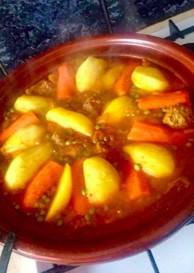 Tajine met gehakt - Een simpel maar heerlijk tajine recept met gehakt en meerdere groenten en kruiden. Met een tip om tomaten makkelijk te ontvellen!