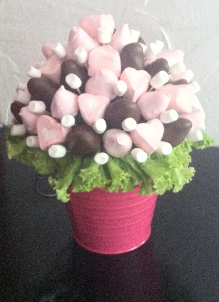 Balde de color con bouquet de fresas y marshmellows de corazón!