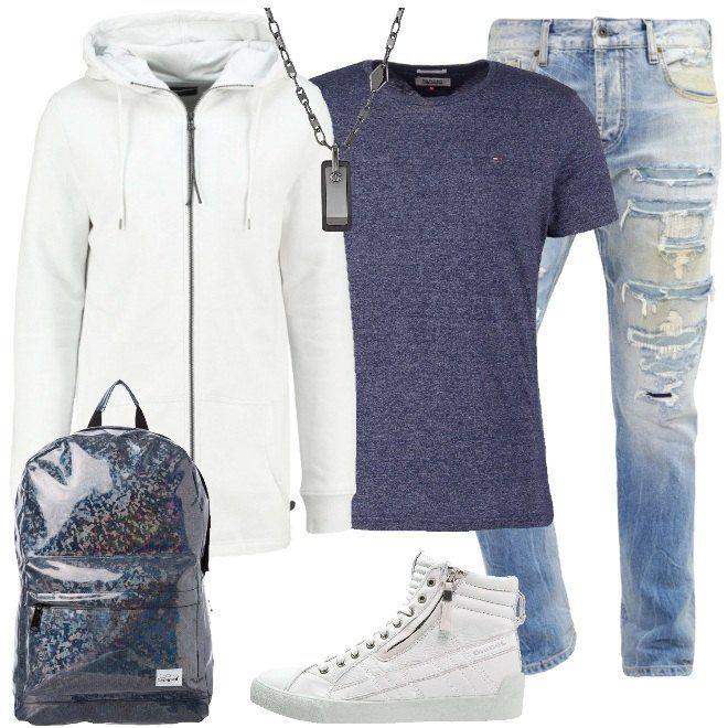 Outfit da ragazzo composto da felpa white lunga con cappuccio e zip, maglietta basic mezza manica blue girocollo e jeans baggy con strappi. Completo il look con una sneakers alta white in pelle, zaino blue glitterato con chiusura a cerniera e collana in acciaio inossidabile.