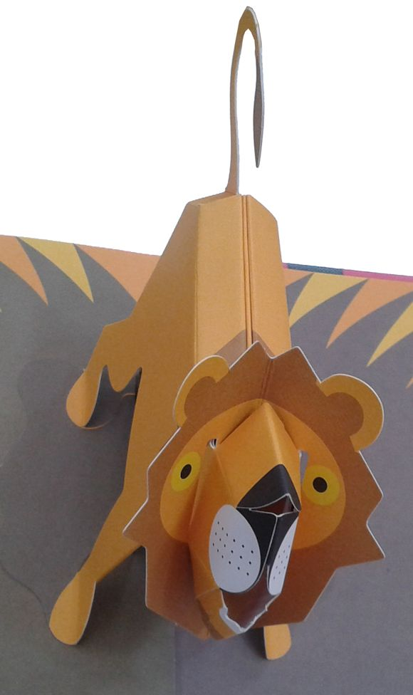 Zoo, animales en pop-up, de David Pelham. Libro con troqueles que invita a simular un paseo por un zoo muy animado en el que podemos encontrar, entre otros animales, a un pingüino que mueve sus aletas, un cocodrilo que cruje al abrir las páginas, un reno que se levanta majestuoso sobre el hielo o un ratón que come queso a la luz de la luna. - #LIJ #troquelados #animales www.canallector.com