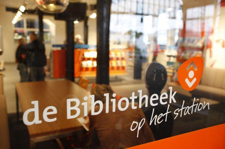 Bibliotheek op het Station, Haarlem. Hier kun je boeken ophalen of inleveren onderweg naar school of werk. Direct gelegen op perron 3/6 van NS station Haarlem.