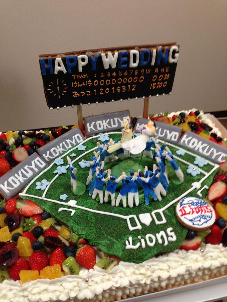野球好きのカップルのウエディングケーキ、中央で胴上げされているのがカップル