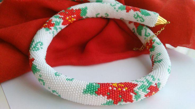 Stelle+di+Natale+Háčkovaná+dutinka+s+motivem+květu+Vánoční+hvězda+na+bílem+podkladu.+Délka+náhrdelníku+je+56+cm+šířka+2+cm.