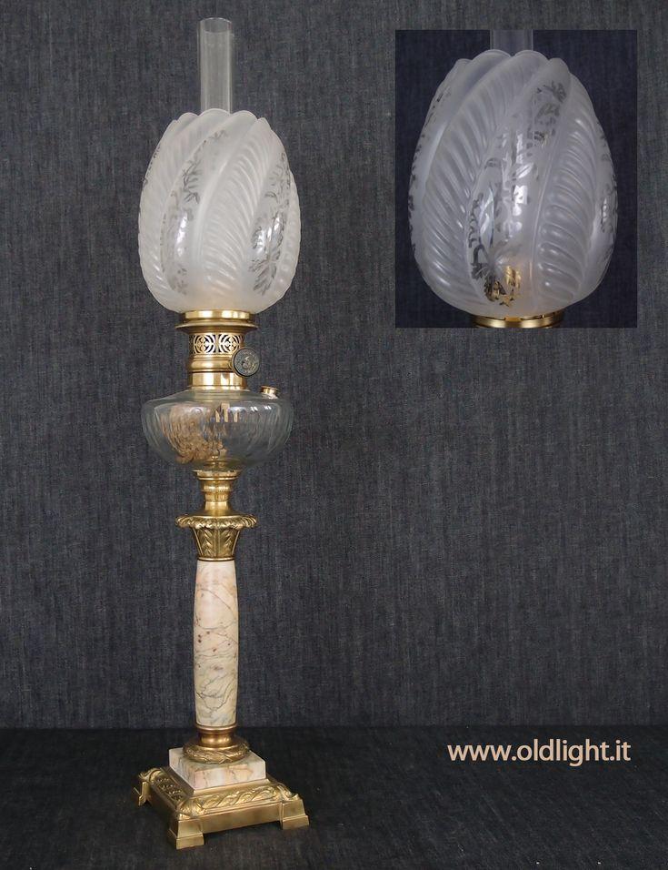 """Lampada  da tavolo ( Francese),  colonna  in marmo e capitello Egizio fusione di  bronzo; Serbatoio in cristallo con tappo per ricarica e molatura a foglia d'ulivo realizzata a mano ; Bruciatore Ditmar SONNEN-BRENNER 15"""" con appropriato tubo vetro marcato SONNEN BRENNER 15"""" DITMAR - WIEN; Paralume """"Tulipano""""  originale antico  satinato e decorato a  rilievo e con procedimento di acidatura."""