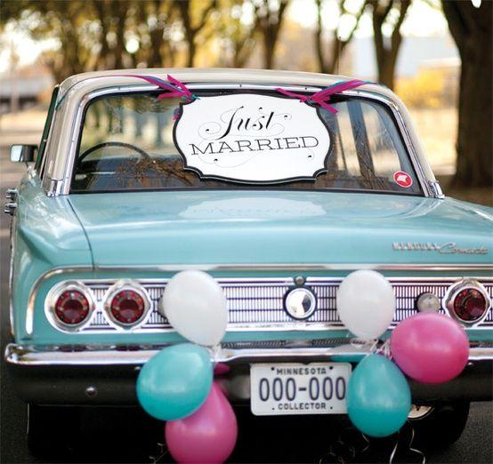 Coches para bodas con globos: una variante económica y divertida - Los carteles de recién casados quedan perfectos con globos de colores y cintas de tela #weddings