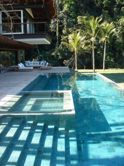 Para revestir a piscina com diferentes níveis de profundidade, o arquiteto Gui Matos escolheu pedras naturais verdes