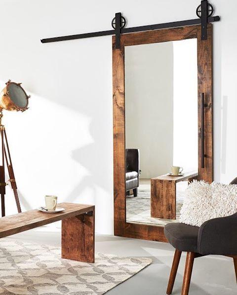 Podia trocar a porta do banheiro por uma Barndoor espelhadas como essa e a madeira poderia ser pintada como na outra foto, meio worn out.