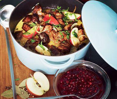 Behöver du en mumsig rätt som går att frysa in? Då kanske denna karrégryta med äpple och plommon skulle passa dig. Låt den krämiga grytan puttra ihop och servera med kokt potatis och rårörda lingon eller frys in direkt till mättande matlådor.
