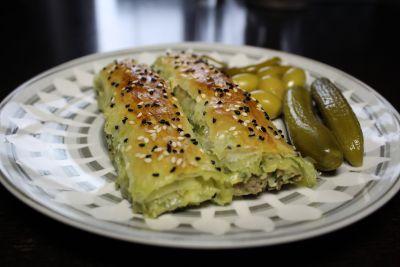 Burek er en tynne filodeig som man kan lage selv eller kjøpe ferdig fra butikken,fylles med forsk...