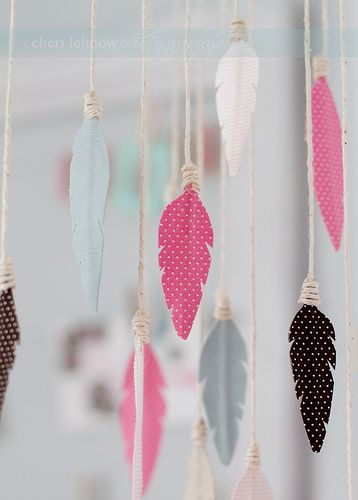 Fabric feather mobile by Tinker With This. With link to tutorial and free…