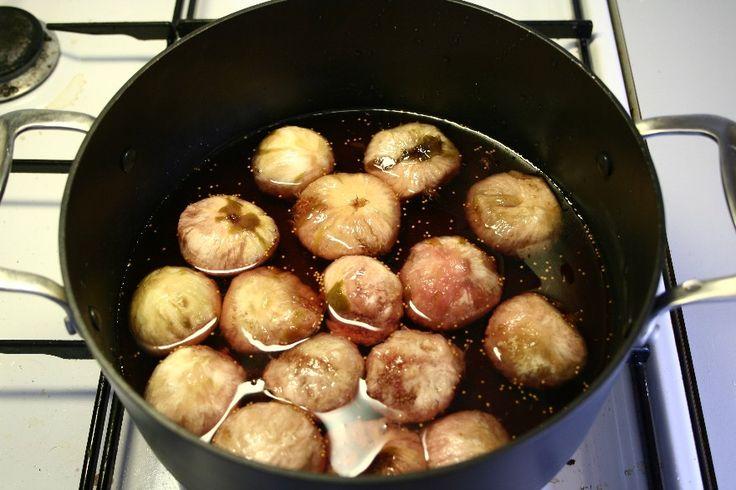 De knapt modne fignerne skoldes, flås og lægges i et glas. <BR> <BR> Der koges en lage af sukker, vand og eddike, som afkøles og hældes over fignerne. Fignerne stilles et koldt sted natten over. <BR