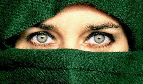 I nostri occhi, ma soprattutto le nostre pupille, i fori situati al centro dell'iride, non solo ci aiutano a vedere ma segnalano anche cosa sta succedendo nella nostra mente. Di seguito, 10 studi psicologici che mostrano come i cambiamenti nelle dimensioni delle nostre pupille rivelino molto di ciò che sta succedendo dentro di noi.  1.IL MIO CERVELLO LAVORA DURAMENTE Se mi guardi negli occhi e mi chiedi chi era il fondatore della psicanalisi che fumava il sigaro, le dimensioni …