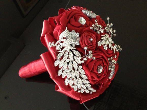 Buque de broches  Buque de noivas com flores de tecido, broches prateado, mini perolas prateadas, etc...  Bouquet de broches vermelho e prata.  Cores: Vermelho e prata.