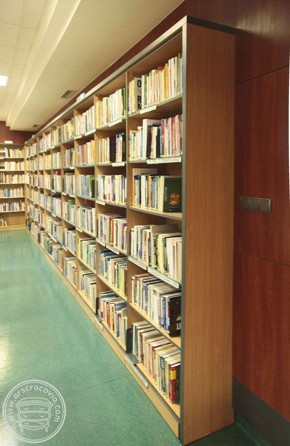Wbudowane regały na książki - rodzaj zawsze dopasowywany do potrzeb