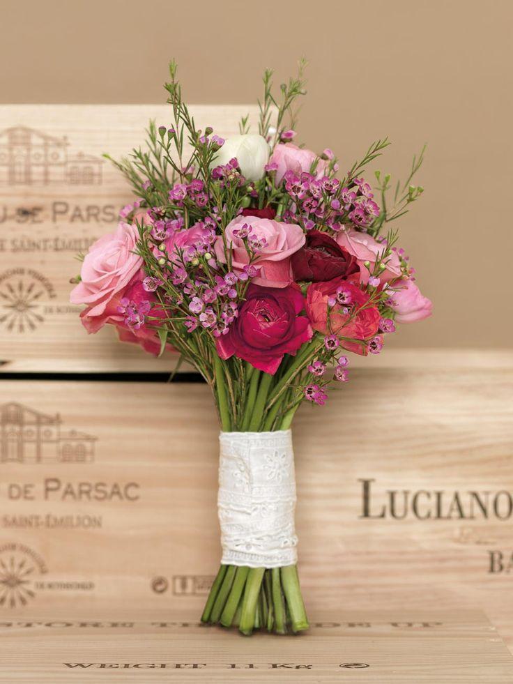 Ländlicher Brautstrauß in Rot und Rosa mit Ranunkeln und Rosen von weddingstyle.de