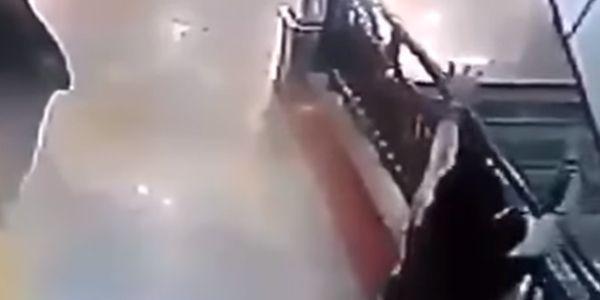 A rápida reação deste herói fez com que salvasse a vida de uma criança da morte certa. Imagens do circuito de vigilância mostram um homem a passar por baixo de um lance de escadas, quando …