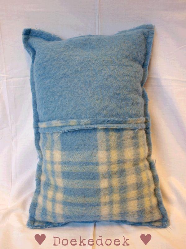 Kussen van wollen dekens, twee vlakken en geblokt blauw. Pillow made from woolen blankets, two pieces, patterned blue. made by ♥ Doekedoek ♥