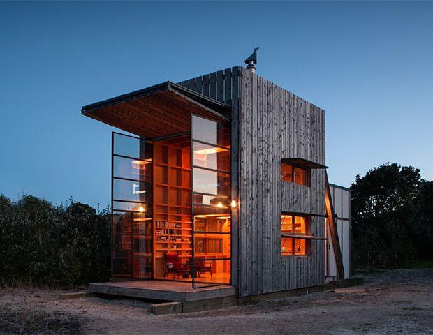 """Questa """"capanna su slitta"""" dello studio neozelandese Crosson Clarke è concepita come un'architettura mobile, ai bordi di una spiaggia. Foto Jackie Meiring"""
