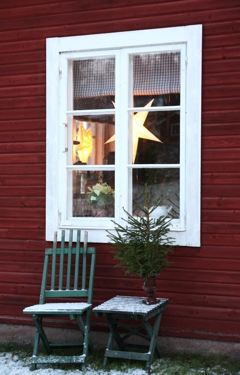 White window on a red wall...ahh, <3 Christmas. Pretty blog. Scandinavian Christmas ❤️