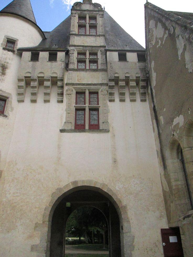 Château de Javarzay; porche côté cour intérieure.
